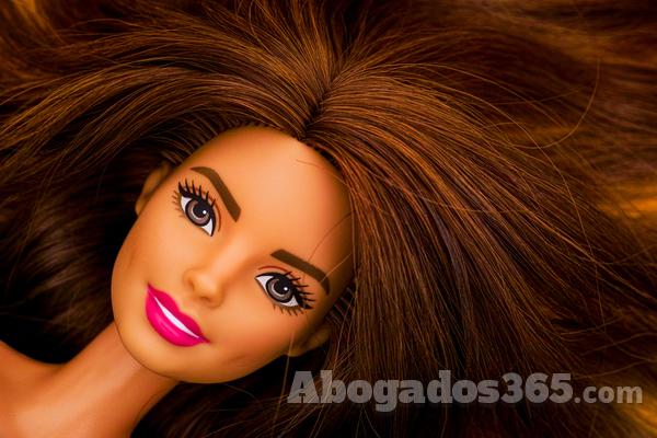 ¿Se puede denunciar a Barbie por espionaje a menores?