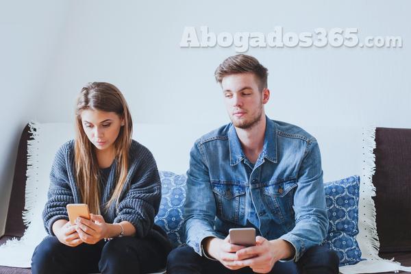 ¿Es un delito acceder al móvil de tu pareja?
