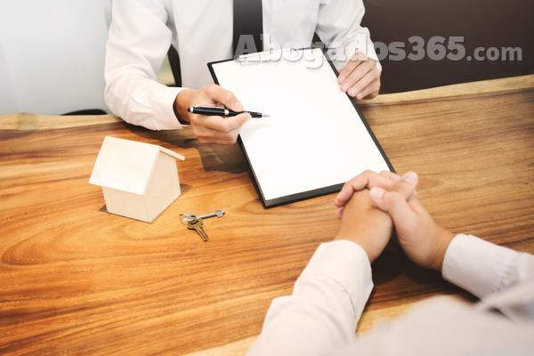 ¿Cómo se debe de distribuir el pago de los gastos en los préstamos hipotecarios?